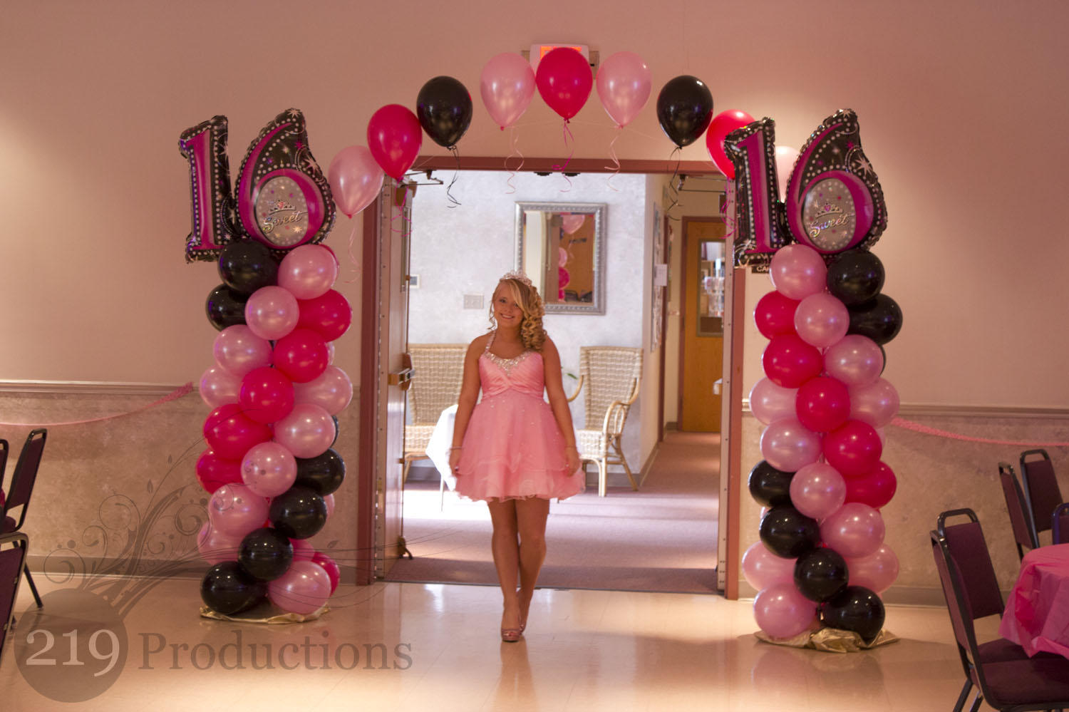 Balloon arch party favors ideas for Balloon decoration ideas for sweet 16